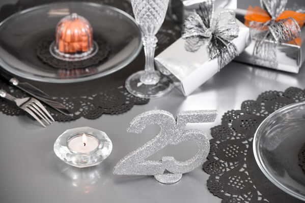 Centre de table anniversaire argent 25ans x1 ref 4752 for Decoration 25 ans