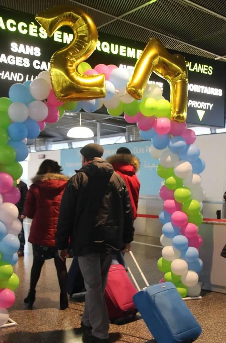 Aéroport de Lille avec arche de ballons multicolore.