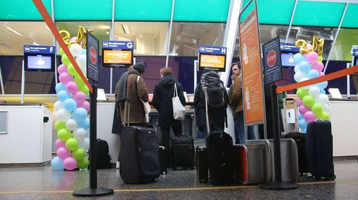 Aéroport de Lille avec colonne de ballons multicolore.