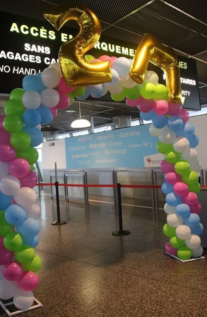 Arche de ballons à l'aéroport de Lille / Lesquin