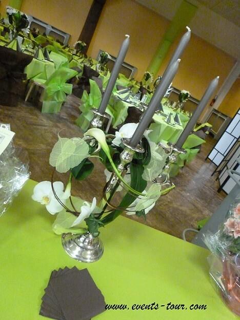 Décoration d'un chandelier argenté avec une touche florale.