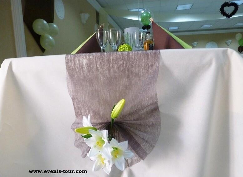 Décoration de table raffinée avec des fleurs en chocolat et vert.