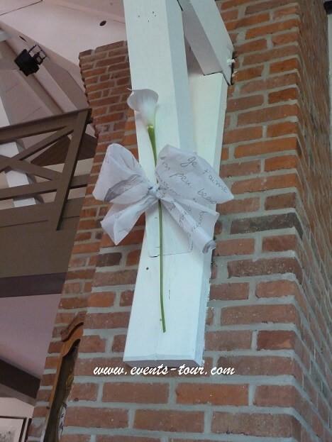 Décoration de salle mariage chic avec des fleurs.