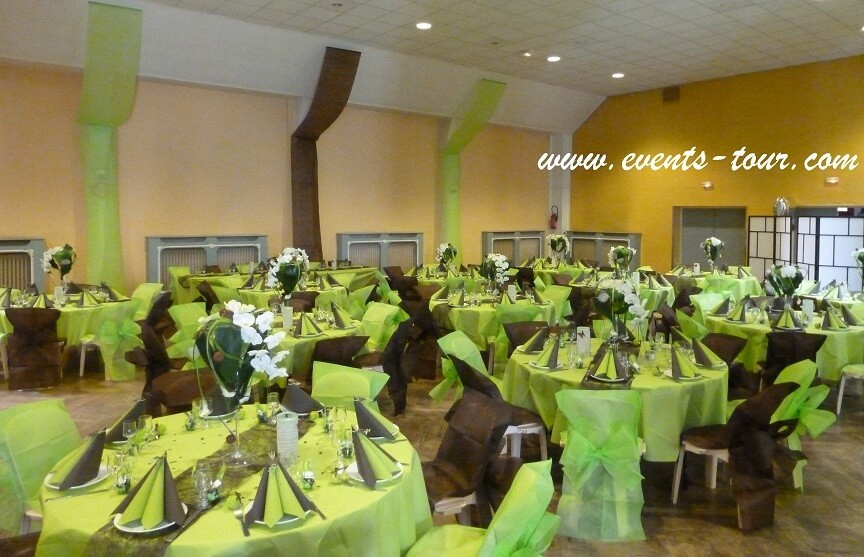 Décoration de salle mariage en vert anis et chocolat.