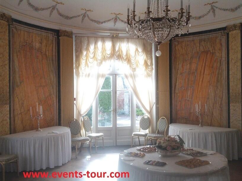 Décoration de salle pour un vin d'honneur lors d'un mariage.