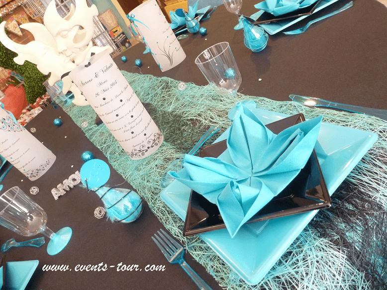 Décoration de table noire et bleu turquoise.