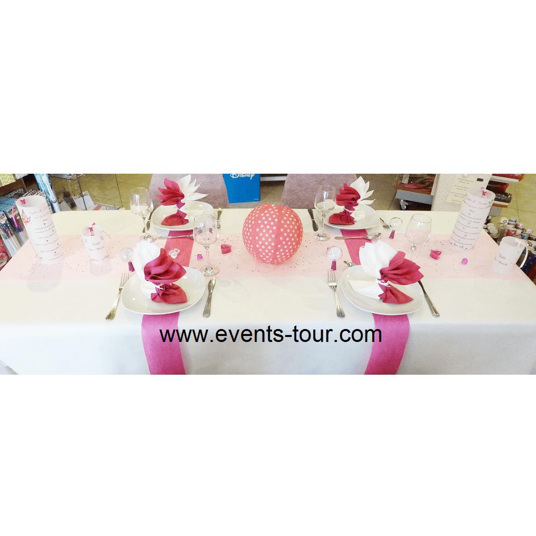 Décoration de table blanche et rose fuchsia.