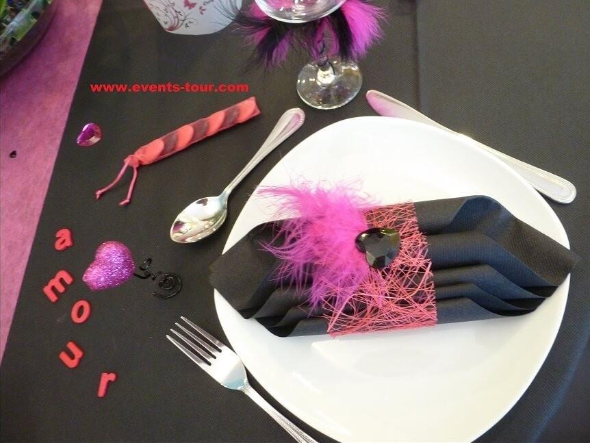 Décoration de table élégante noire et rose fuchsia pour mariage.