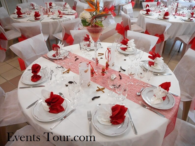 Décoration de table festive sur le thème des îles.