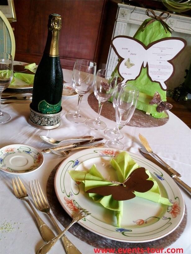 Décoration de table élégante sur le thème des papillons.