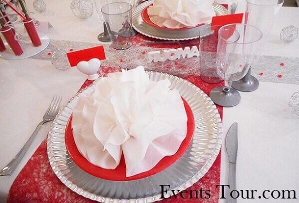 Décoration de table avec pliage de serviette élégant rouge et blanc.