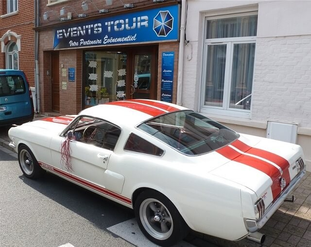 Voiture Ford Mustang GT350 rouge et blanche