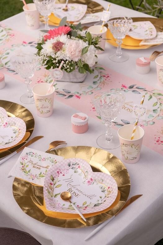 Assiette coeur baby shower rose avec fleur decorative