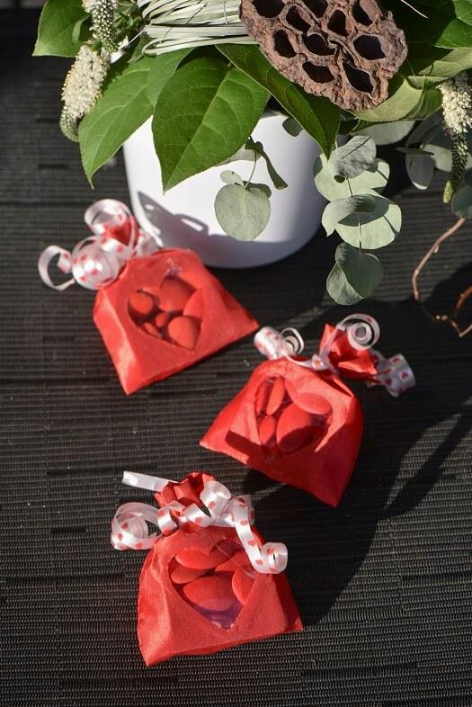 Bobine ruban bolduc blanc avec coeur rouge