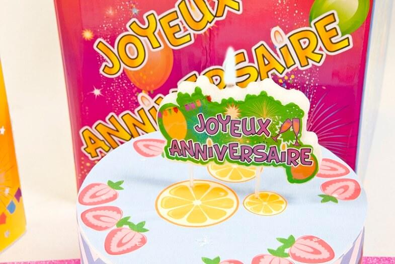 Bougie joyeux anniversaire multicolore sur plaque