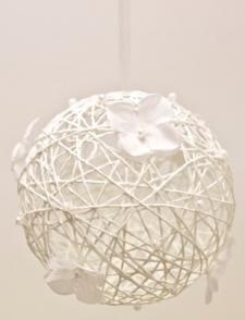 Boule blanche avec fleur à suspendre (x1) REF/DEC375