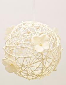 Boule ivoire avec fleur à suspendre (x1) REF/DEC375