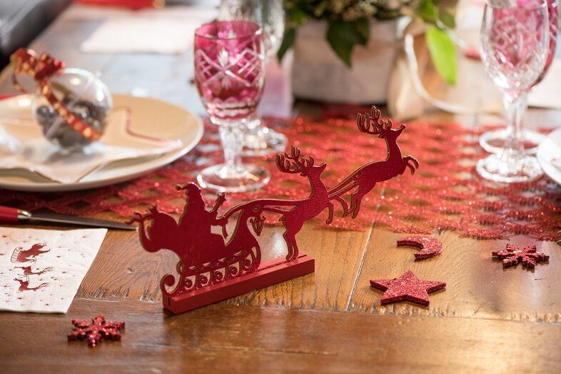 Centre de table rouge traineau du pere noel et ses cerfs