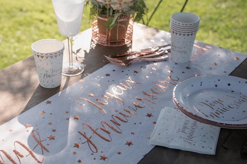 Chemin de table anniversaire blanc et rose gold metallisee