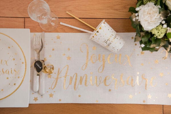 Chemin de table anniversaire or et blanc