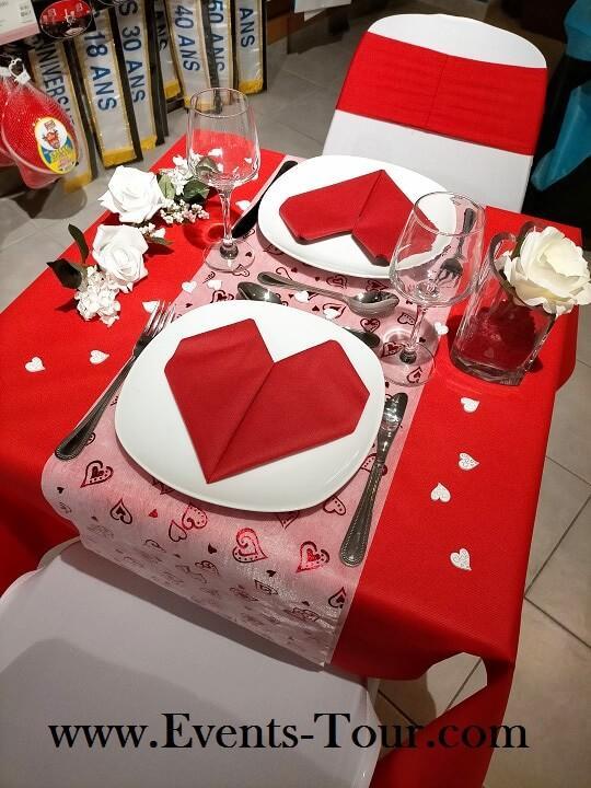 Chemin de table blanc avec coeurs rouge