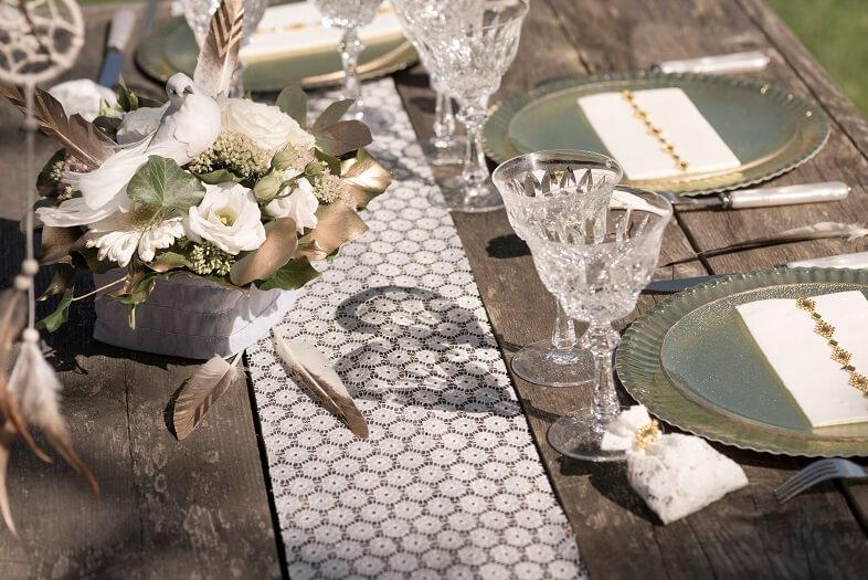 Chemin de table dentelle blanche avec fleur