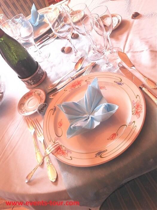 Chemin de table elegant bleu ciel intisse