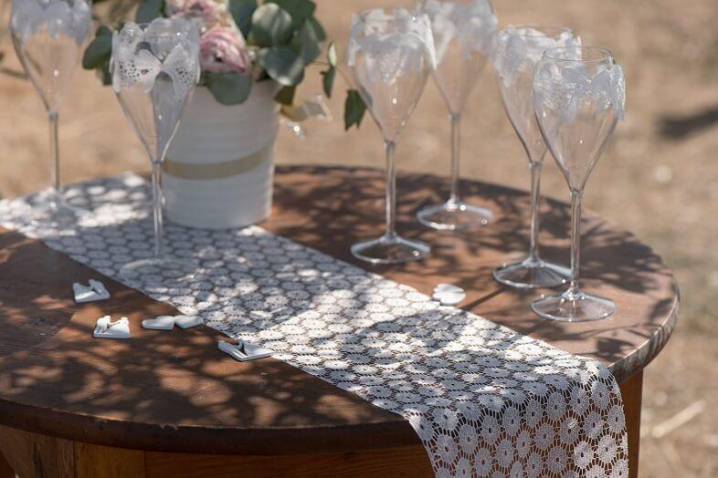 Chemin de table elegant fleur blanche pour decoration de mariage