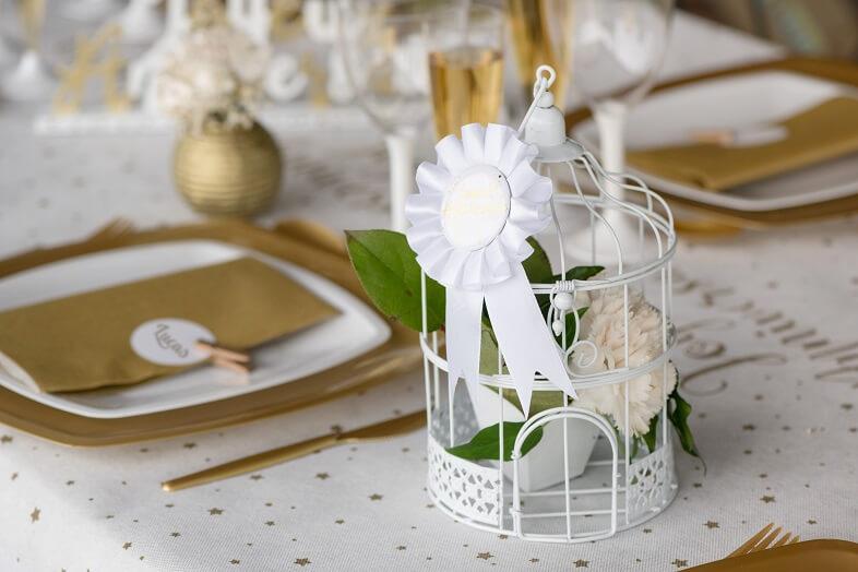 Cocarde blanc joyeux anniversaire dore metallise