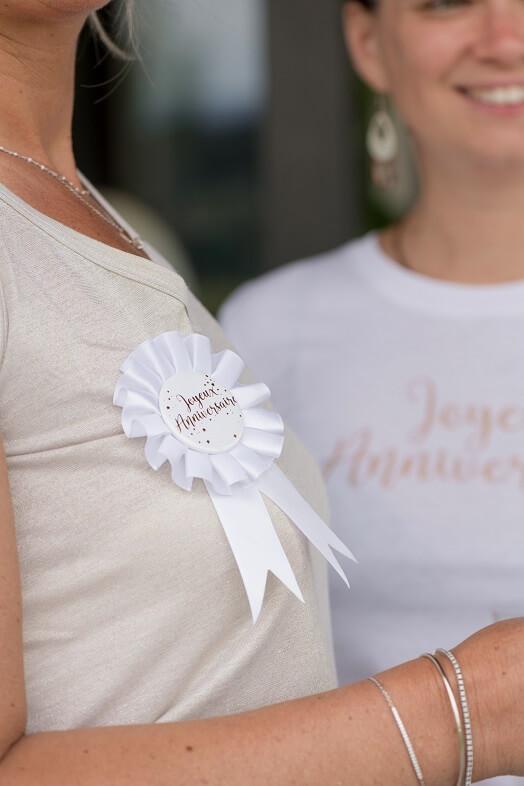Cocarde blanc joyeux anniversaire or metallique