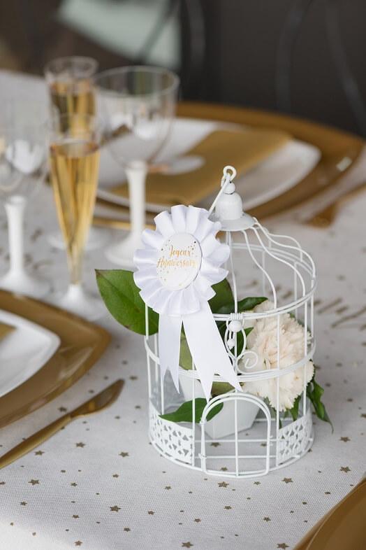 Cocarde blanc joyeux anniversaire or metallisee