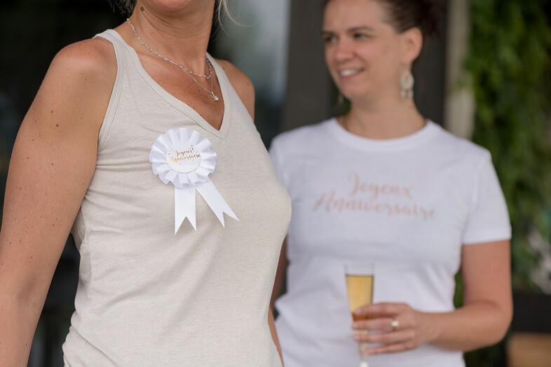 Cocarde blanche joyeux anniversaire or metallique
