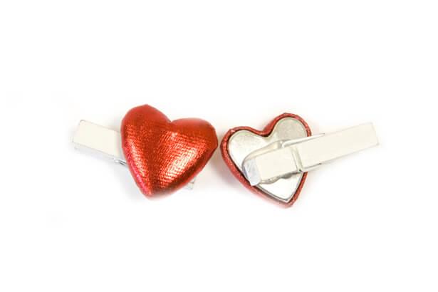 Coeur rouge sur pince