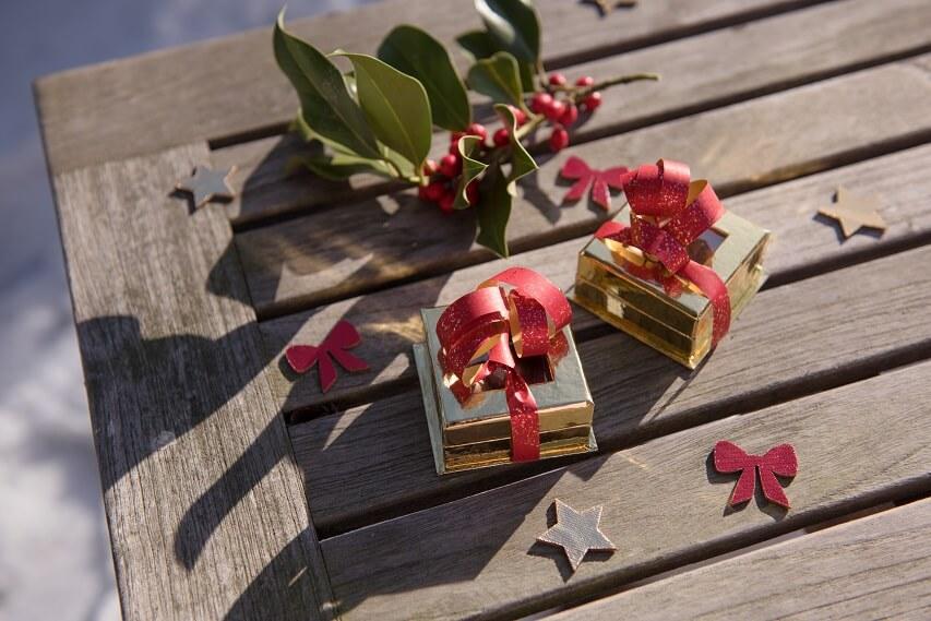 Confection de ballotin de chocolat avec ruban bolduc rouge