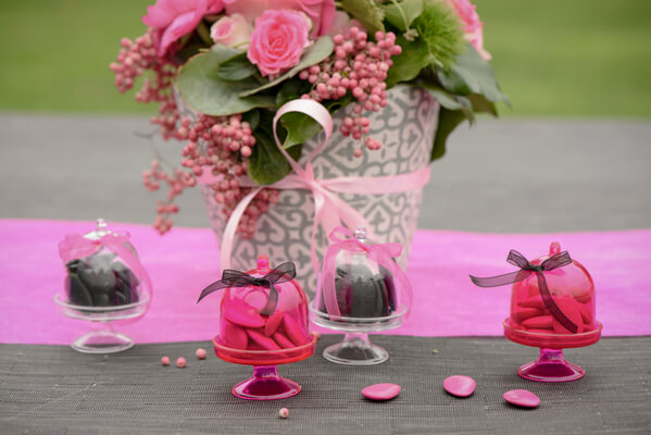 Confection de dragee noir et fuchsia