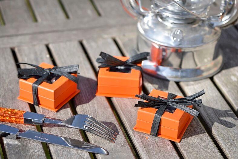 Confection de dragee orange et noir