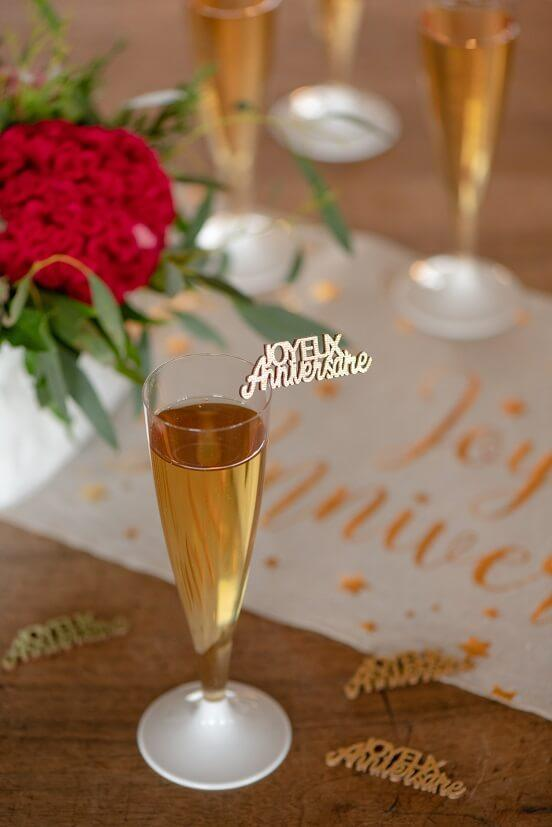 Confettis de table en bois joyeux anniversaire or metallique