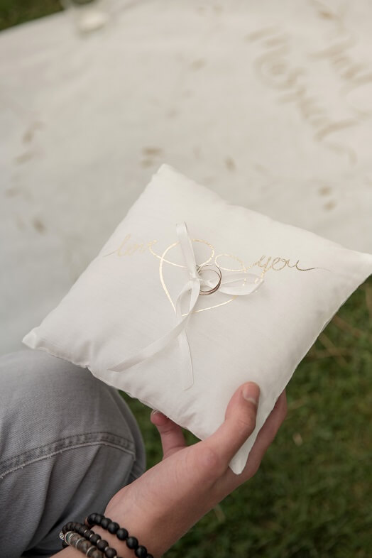 Coussin a alliance or et blanc mariage