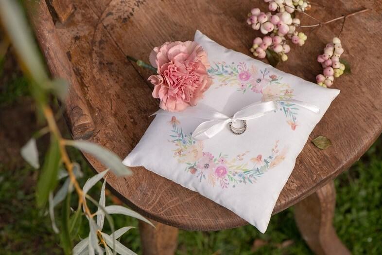 Coussin a alliances mariage avec fleurs decoratives