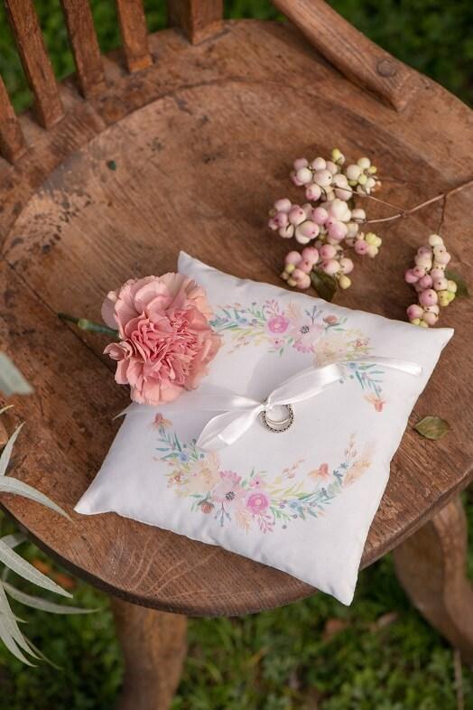 Coussin a alliances mariage et fleurs decoratives