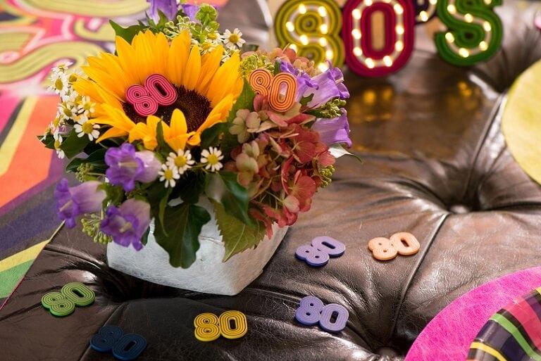 Decoration annee 80 en bois avec confettis