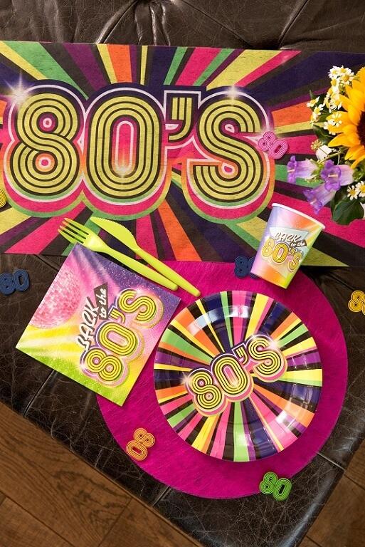 Decoration annee 80 multicolore avec vaiselle jetable