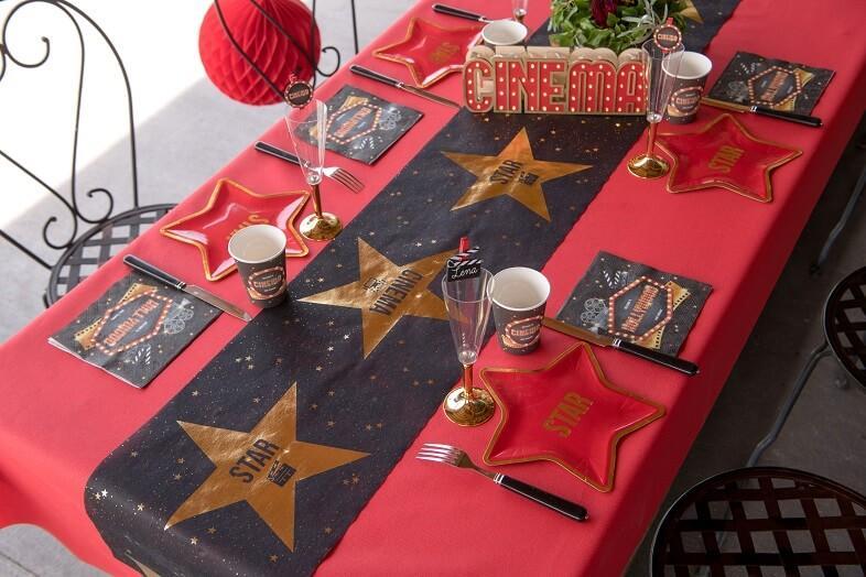 Decoration avec chemin de table cinema noir et or metallique