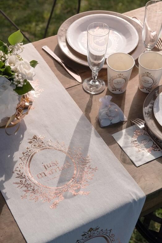 Decoration avec chemin de table mariage just married rose gold