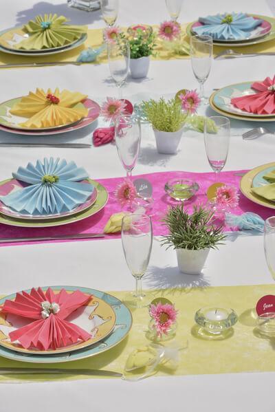 Decoration avec chemin de table rose fuchsia