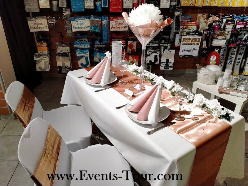 Decoration avec chemin de table rose gold brillant