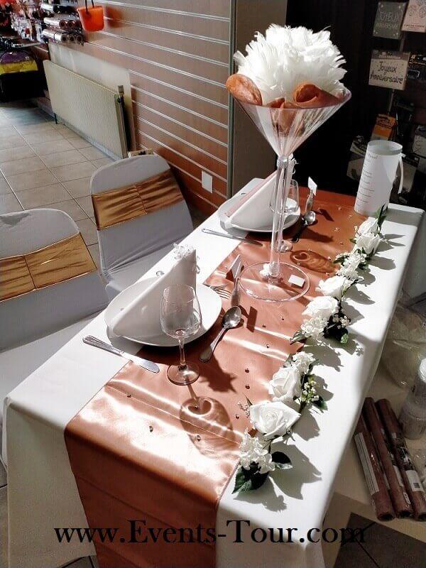 Decoration avec chemin de table rose gold metallique