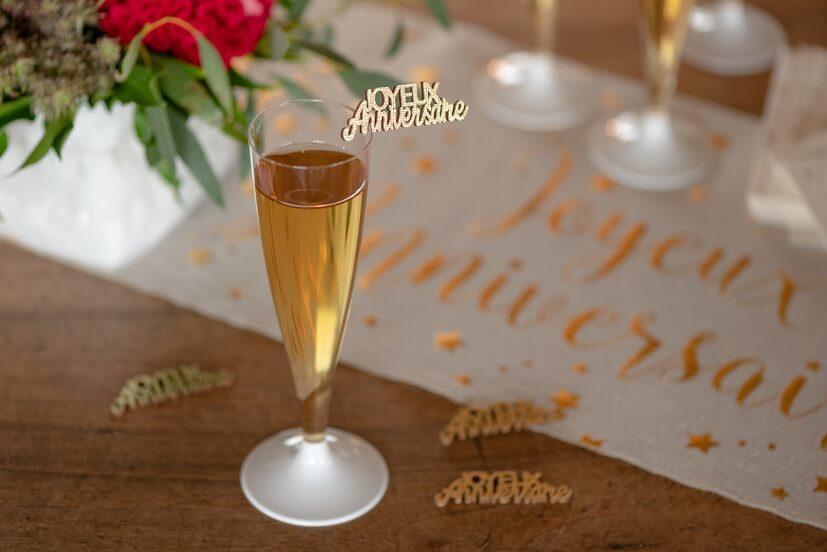 Decoration avec confettis de table en bois joyeux anniversaire dore