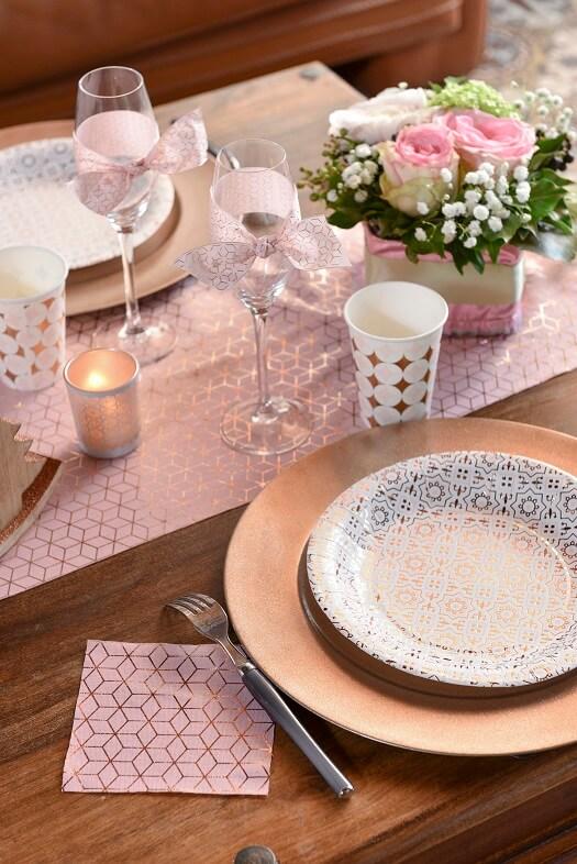 Decoration avec serviette de table carreau de ciment cuivre et rose
