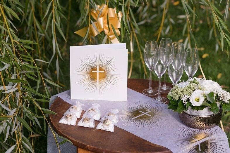 Decoration blanche et doree communion avec livre dor croix